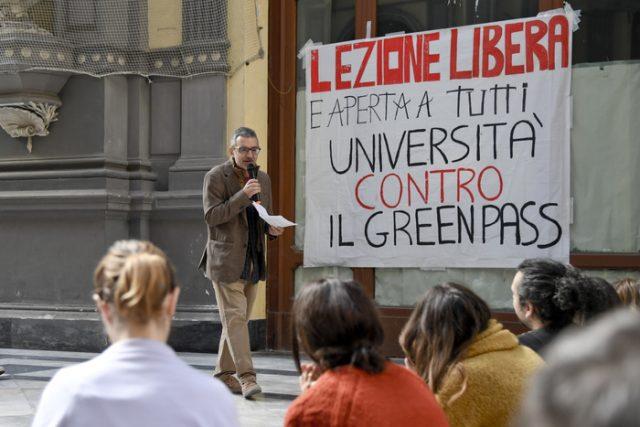 Lezione all'aperto per studenti no green pass, foto via Ansa